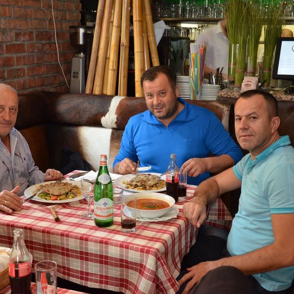 Saloon steaks and more | Gäste am Essen